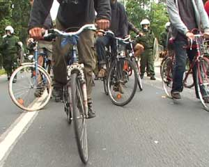 bicycle caravan slows down police